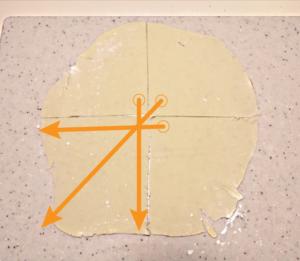 90度にカットされた部分を四隅に持っていき、四角形の生地を作る。